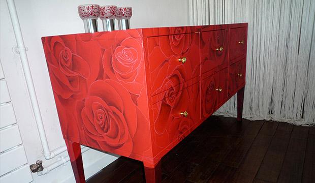 Meuble peint avec des motifs de rose